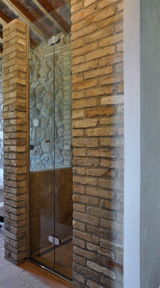 Angolo doccia su pietra for Box doccia in muratura foto
